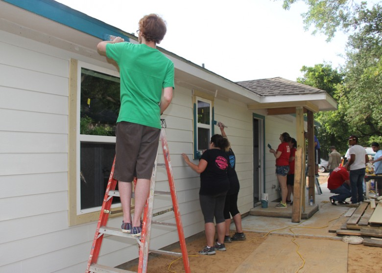 Com Volunteers Help Finish Habitat For Humanity Home